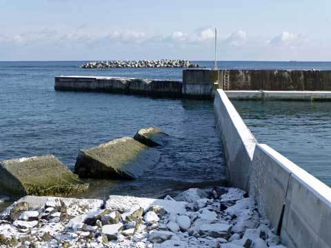 宿戸漁港の堤防