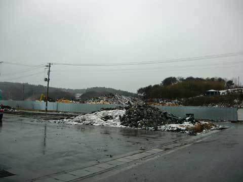八木漁港のガレキ